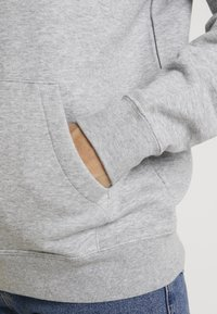 Nike Sportswear - HOODIE - Kapuzenpullover - dark grey heather/white