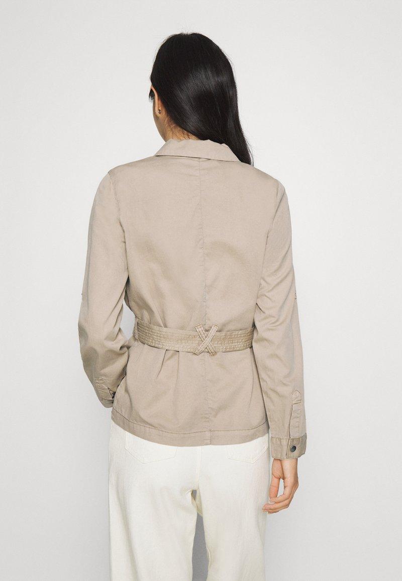 Vero Moda - VMFLAME CARGO BELT JACKET - Summer jacket - beige
