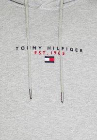 Tommy Hilfiger - ESSENTIAL HOODY - Mikina skapucí - medium grey heather - 7