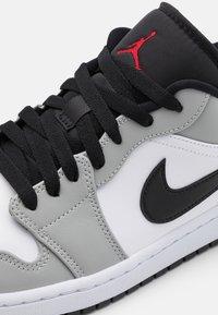 Jordan - Sneakers - light smoke grey/gym red/white/black - 5