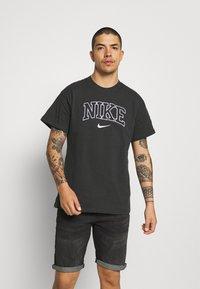 Nike Sportswear - RETRO TEE - T-shirt imprimé - off noir - 0