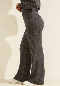 Guess - STRICKHOSE ZOPFMUSTER - Trousers - grau - 3