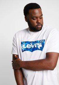 Levi's® Plus - BIG GRAPHIC TEE - T-shirt imprimé - indigo white - 3