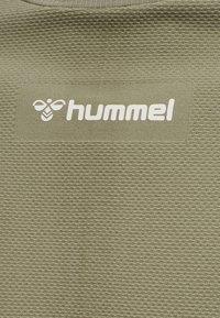 Hummel - HMLCUBE - Print T-shirt - vetiver - 3