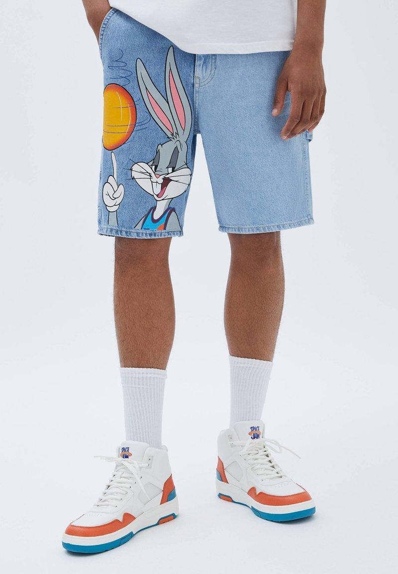 PULL&BEAR - SPACE JAM BUGS BUNNY - Short en jean - blue