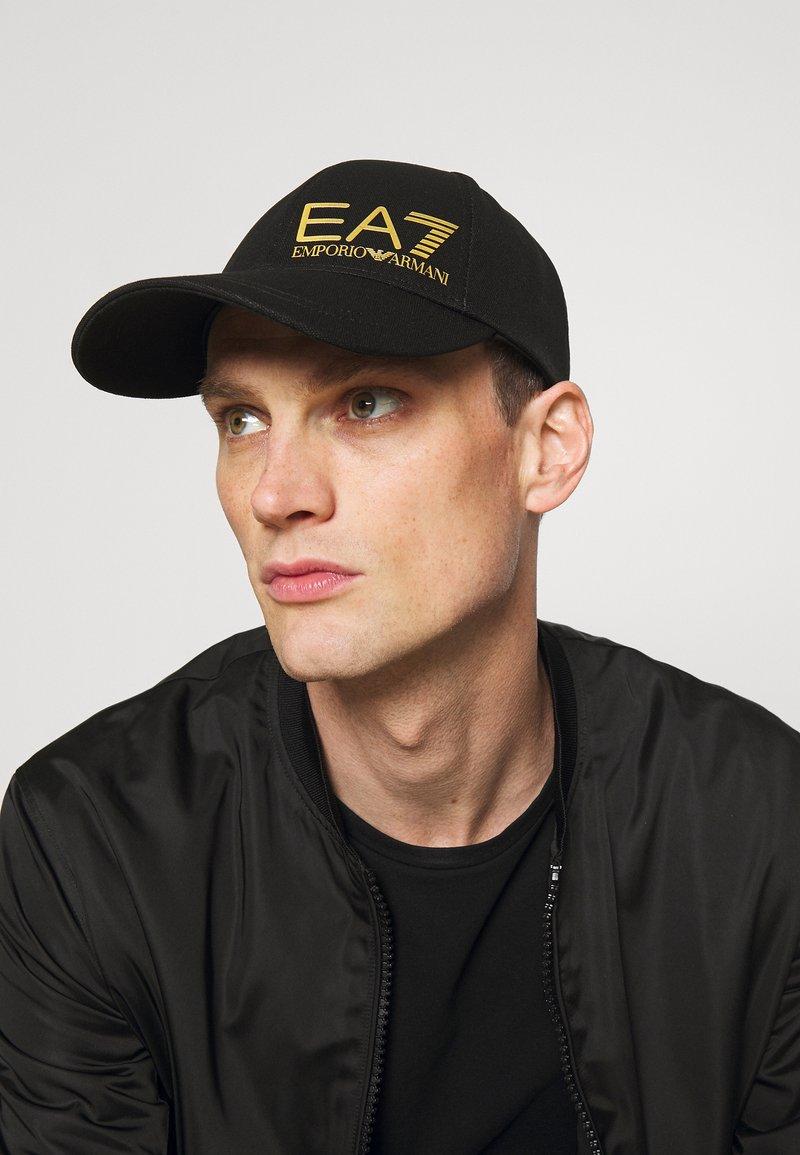 EA7 Emporio Armani - UNISEX - Cap - black/gold