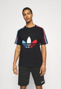 adidas Originals - TRICOL TEE UNISEX - Camiseta estampada - black - 0
