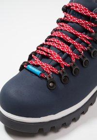 Native - FITZSIMMONS TREKLITE - Botines con cordones - regatta blue/shell white/onyx black - 5