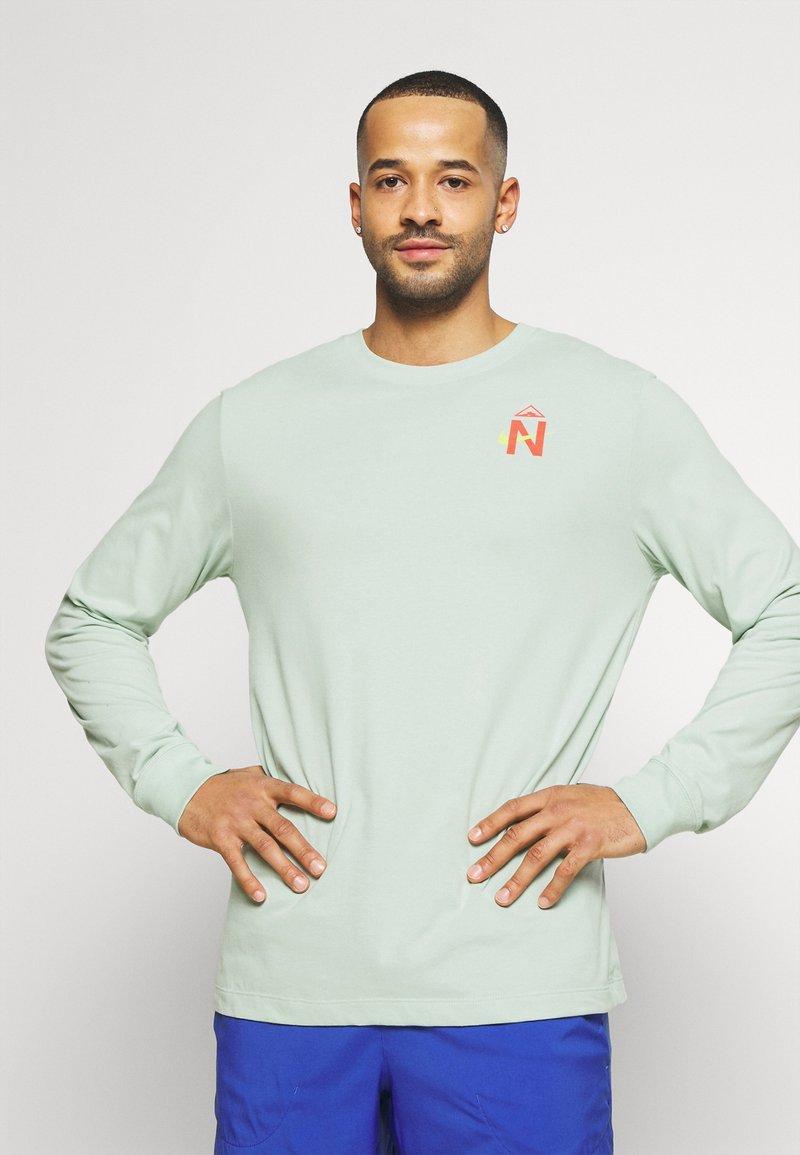 Nike Performance - DRY TEE TRAIL - Camiseta de deporte - pistachio frost