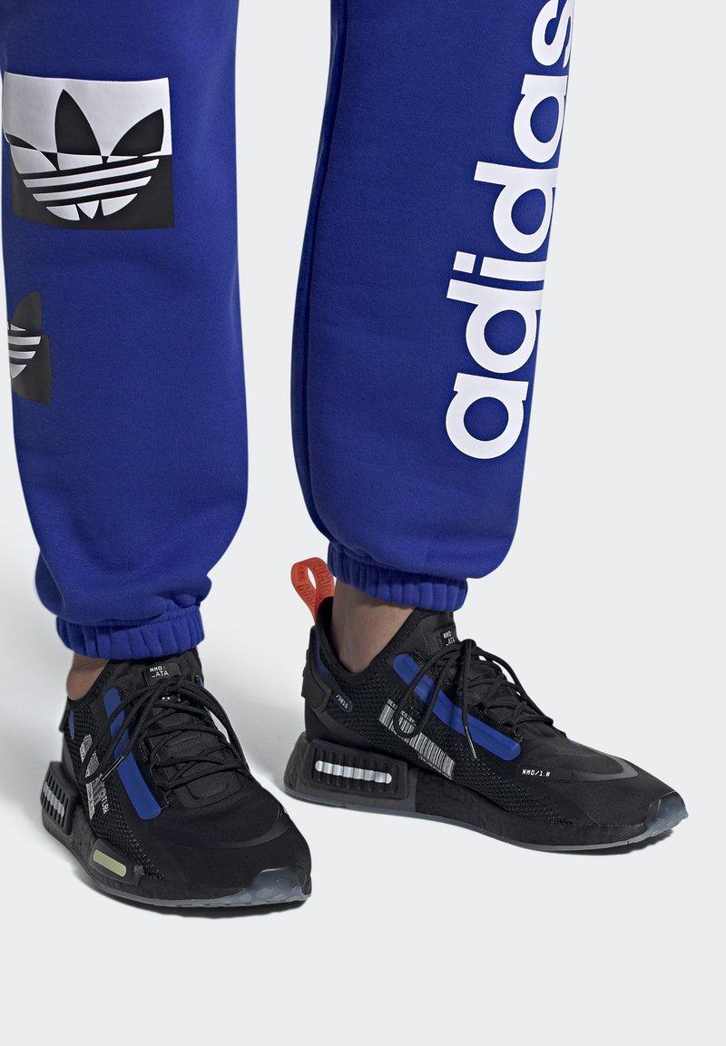 adidas Originals - NMD_R1 SPECTOO UNISEX - Sneakersy niskie - core black/yellow tint