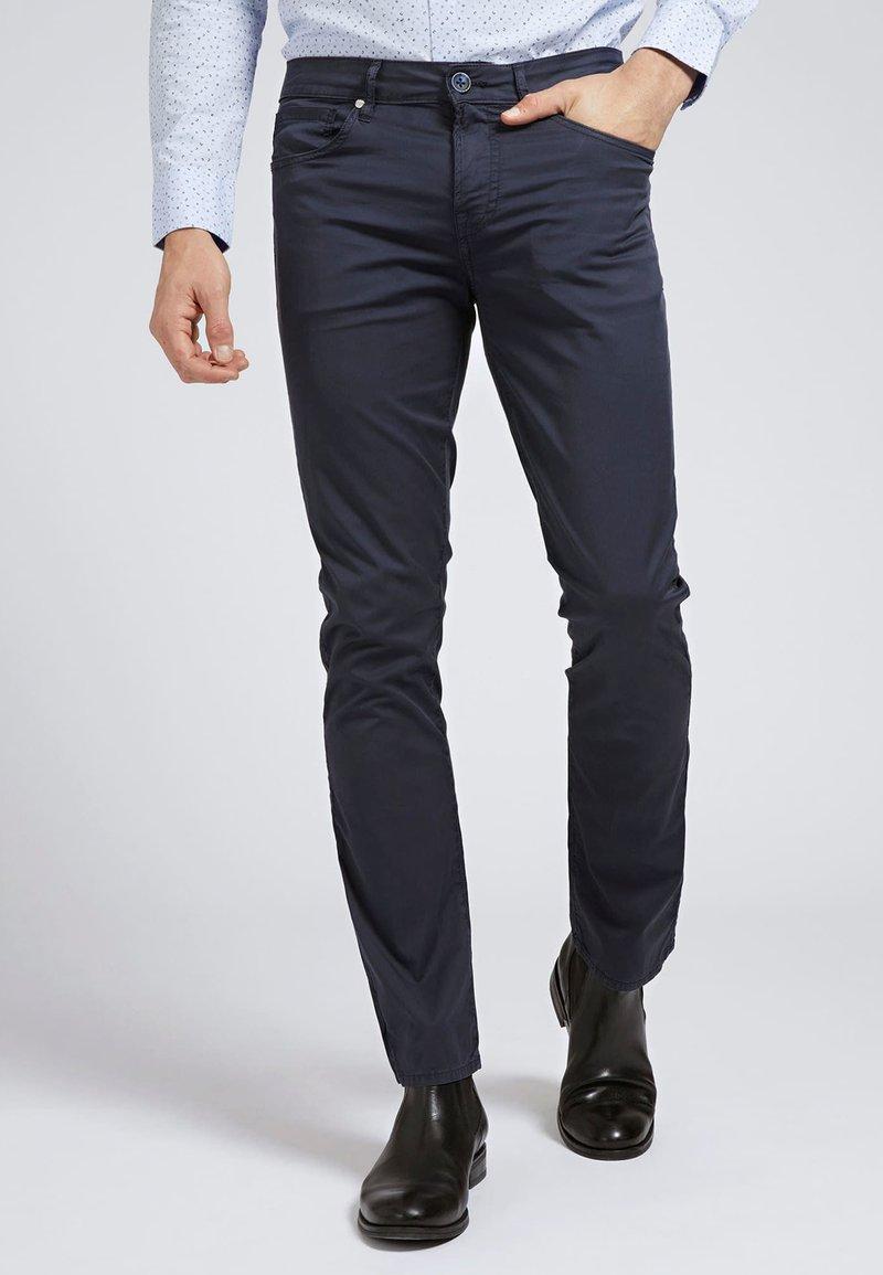 Guess - HOSE SKINNY - Spodnie materiałowe - blau