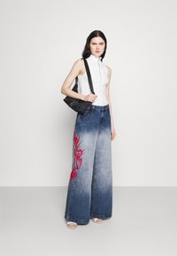 Jaded London - SKATER FIT TRIBAL PLACEMENT - Flared jeans - blue/ red - 1