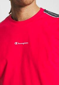 Champion - CREWNECK - T-shirt imprimé - red - 5