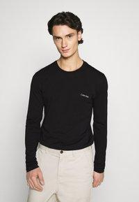 Calvin Klein - LONG SLEEVE LOGO 2 PACK - T-shirt à manches longues - black/white - 4