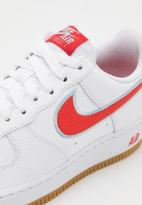 Nike Sportswear - AIR FORCE 1 '07 LV8 UNISEX - Tenisky - white/chile red/glacier ice/light brown - 5