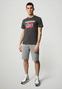 Napapijri - S-SURF FLAG - Print T-shirt - dark grey solid - 1
