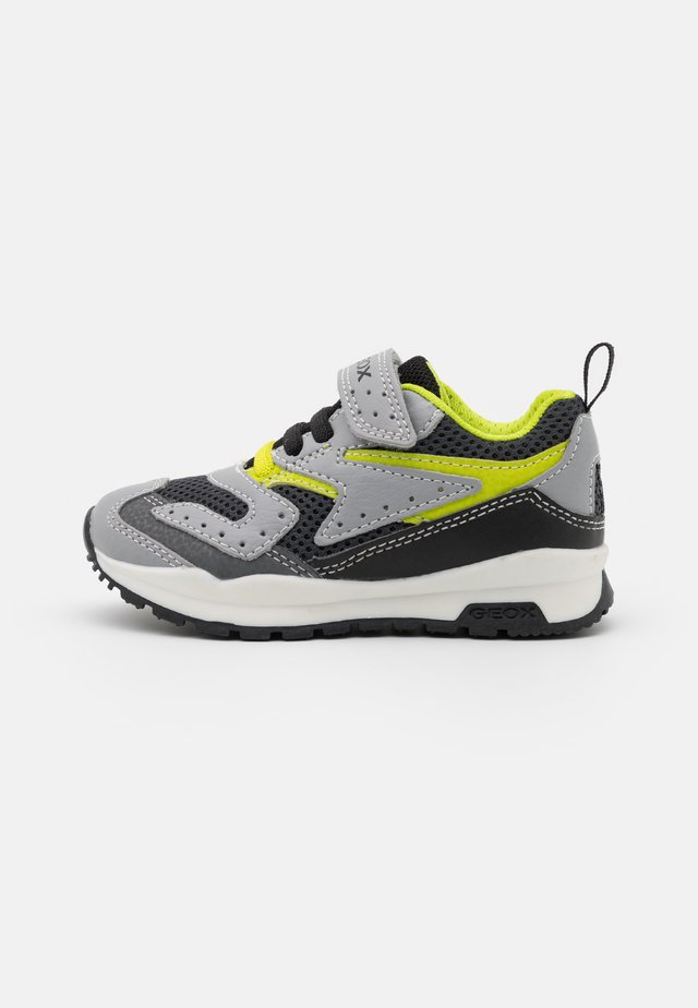 PAVEL - Sneakers laag - grey/lime