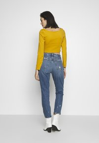 Abercrombie & Fitch - DARK PIN STRIPE MOM - Relaxed fit jeans - med/dark dest - 2