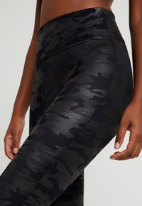 Spanx - Leggings - Stockings - matte black camo - 4
