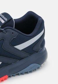 Reebok - LAVANTE TERRAIN - Chaussures de running - vector navy/cold grey/blue slate - 5