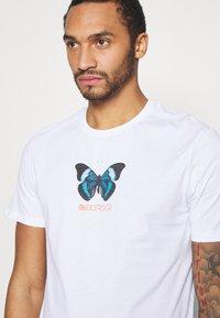 YOURTURN - UNISEX BUTTERFLY TEE - T-shirt med print - white - 4