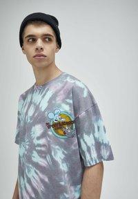 PULL&BEAR - TIE-DYE SIMPSONS - Print T-shirt - grey - 4
