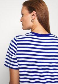 ARKET - T-shirts med print - blue bright - 6