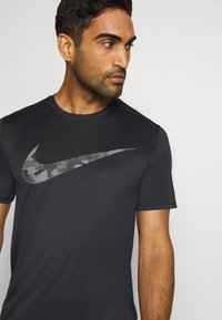 Nike Performance - DRY TEE CAMO - T-shirt print - black - 3