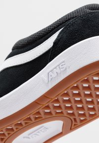 Vans - CRUZE - Sneakersy niskie - black/true white - 6