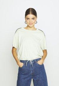 Levi's® - GINGER NYLN PIECE TEE - T-shirts med print - ginger pieced tee bok choy/tofu/caviar - 0
