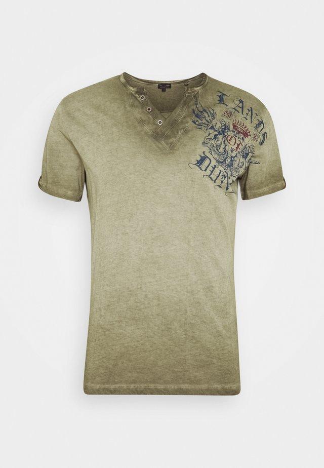 RIDING BUTTON - T-shirts med print -  green