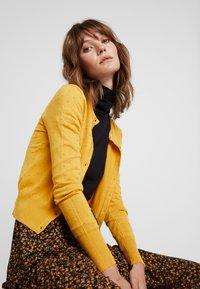 Louche - IDIE SPOT - Cardigan - yellow - 3