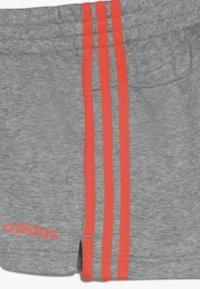 adidas Performance - GIRLS ESSENTIALS 3STRIPES SPORT 1/4 SHORTS - Sports shorts - mottled grey/coral - 4