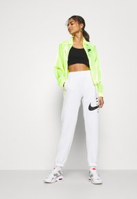 Nike Sportswear - AIR SHEEN - Lett jakke - volt/black