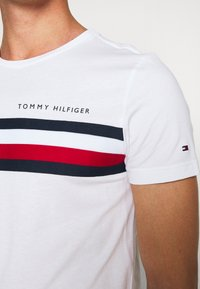 Tommy Hilfiger - GLOBAL STRIPE TEE - T-shirt con stampa - white - 5