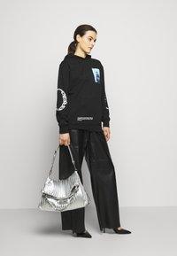 KARL LAGERFELD - KUSHION FOLDED TOTE - Tote bag - silver - 0
