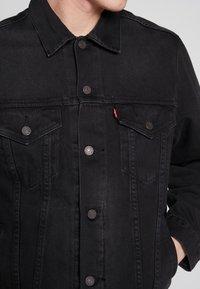 Levi's® - VINTAGE FIT TRUCKER UNISEX - Kurtka jeansowa - black trucker - 2