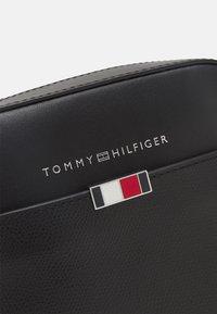 Tommy Hilfiger - BUSINESS MINI REPORTER UNISEX - Taška spříčným popruhem - black - 4