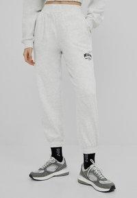Bershka - MIT PRINT - Teplákové kalhoty - grey - 0