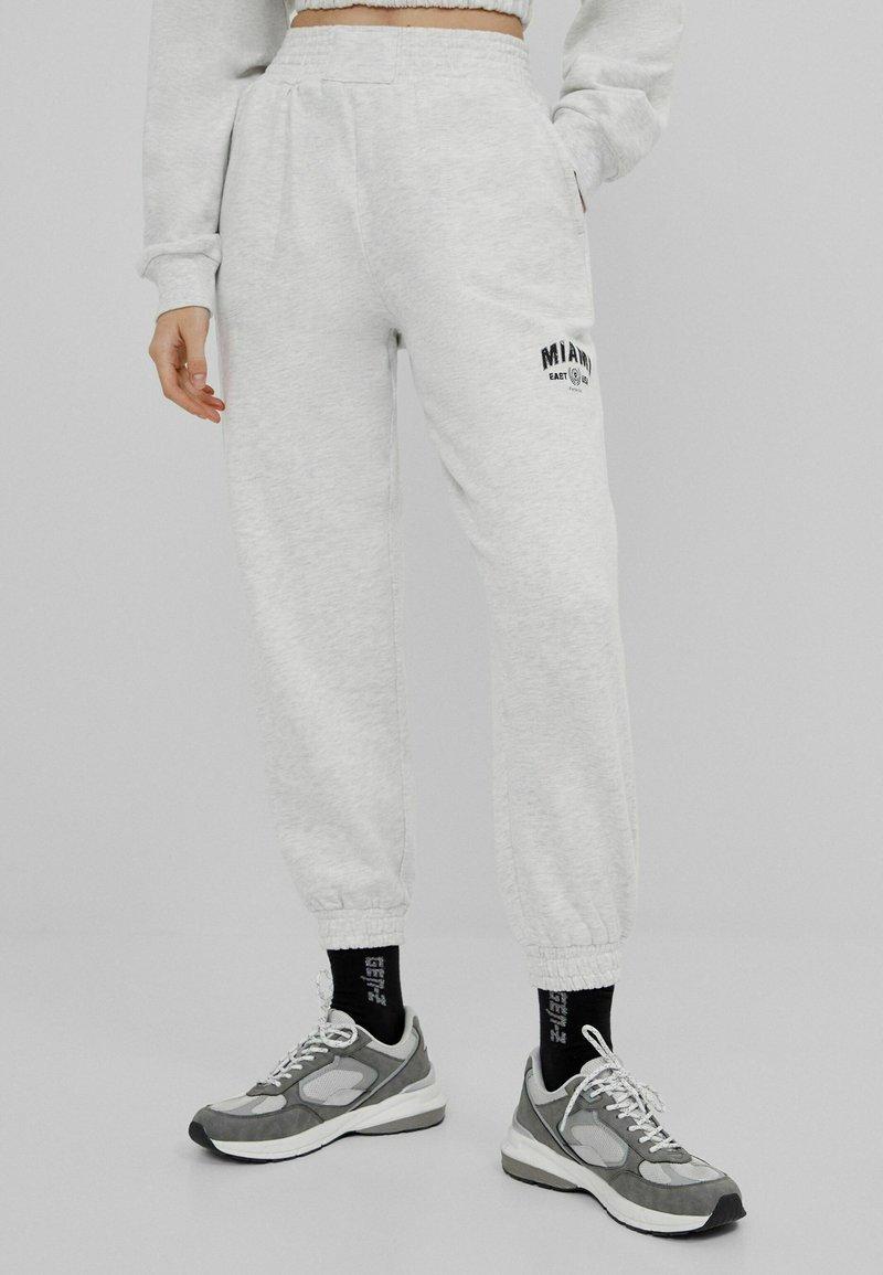 Bershka - MIT PRINT - Teplákové kalhoty - grey