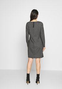 comma casual identity - Pletené šaty - grey/black - 2