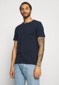 Jack & Jones - JJEORGANIC BASIC TEE O-NECK 5 PACK - T-shirt - bas - black/white/navy - 1