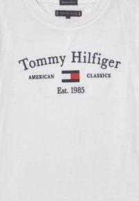 Tommy Hilfiger - ARTWORK  - T-shirt con stampa - white - 2