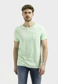 camel active - MIT BRUSTTASCHE AUS ORGANIC COTTON - Basic T-shirt - light green - 0