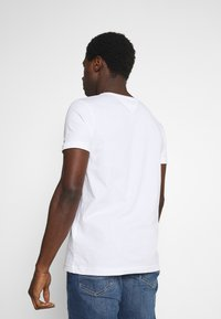 Tommy Hilfiger - CORP SPLIT TEE - T-shirt med print - white - 2
