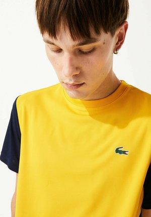 TENNIS - Print T-shirt - gelb / navy blau