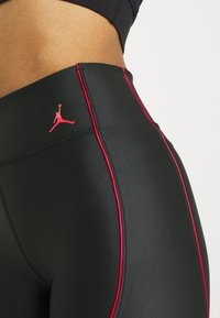 Jordan - ESSEN LEG - Shorts - black/university red - 4