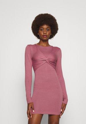 DRESS WITH TWIST DETAIL - Pletené šaty - pink