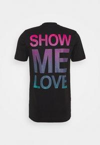 Daily Basis Studios - SHOW ME LOVE TEE UNISEX - Print T-shirt - black - 1