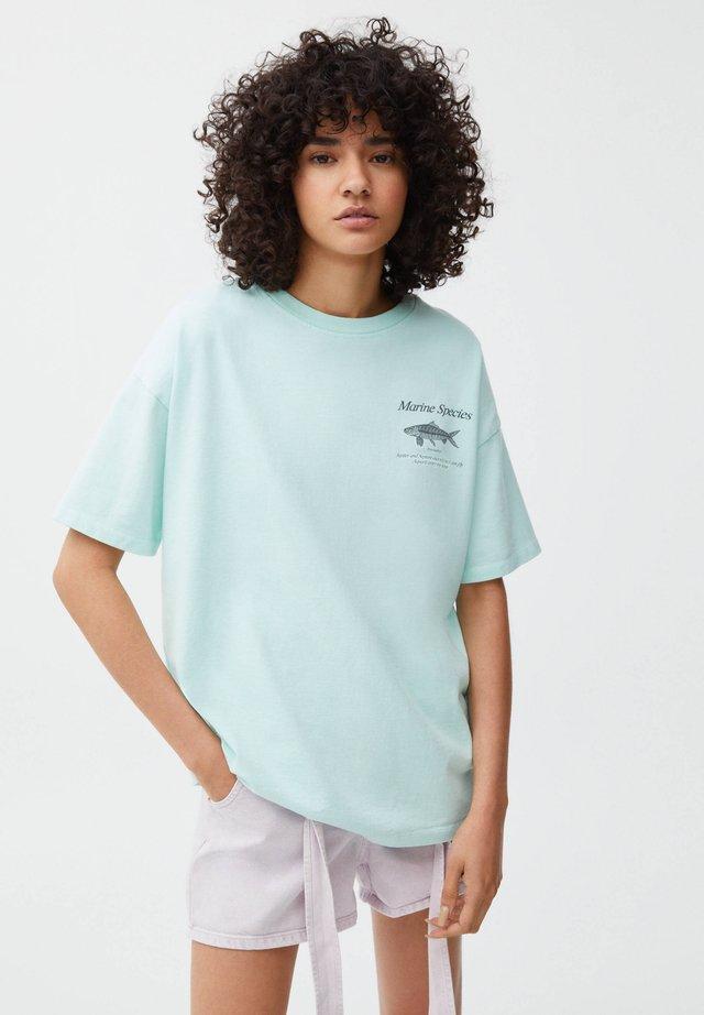 MIT STERNZEICHEN FISCHE - T-shirt med print - light blue